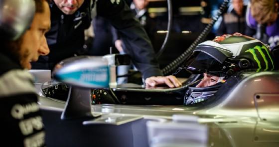 Jorge Lorenzo al volante della Mercedes durante il test di Silverstone (© Mercedes)