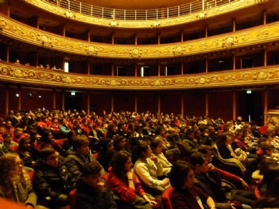 Parte degli studenti presenti a teatro (© Fondazione Crb)