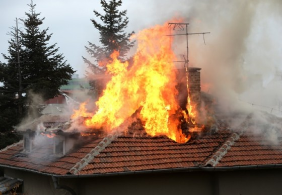 Canna fumaria prende fuoco, signora in stato di emergenza