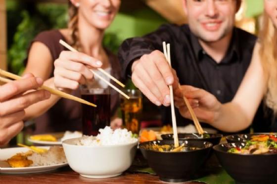 Cena al ristorante orientale, ragazzi al pronto soccorso