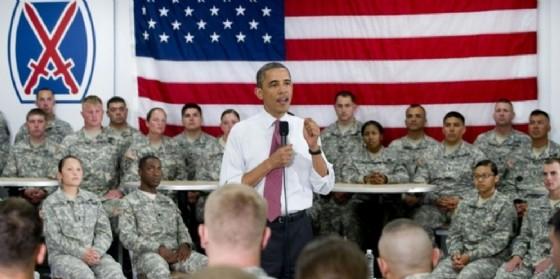 Il presidente uscente Barack Obama parla ad alcuni soldati americani.