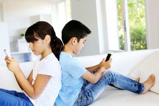 Smartphone e bambini (© goodluz | shutterstock.com)