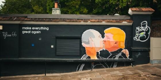 L'ormai celebre murales di Vilnius che ritrae il simbolico bacio tra Vladimir Putin e Donald Trump.