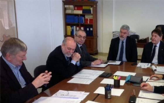L'assessore Paolo Panontin e il senatore Lodovico Sonego al vertice sulle paratoie della Diga di Ravedis, all'Ufficio del Genio civile
