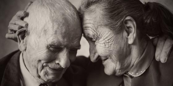 La tenerezza di due anziani in una foto d'archivio (© AdobeStock | andreaobzerova)