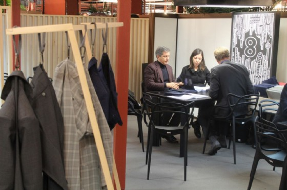 buyer all'interno dello stand Zignone