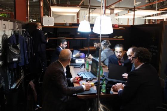 Buyers e venditori nello stand di Milano Unica Lanifico F.lli Cerruti