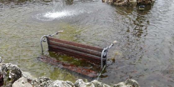 Vandali in città: panchina 'finisce' nella fontana di piazza Primo Maggio
