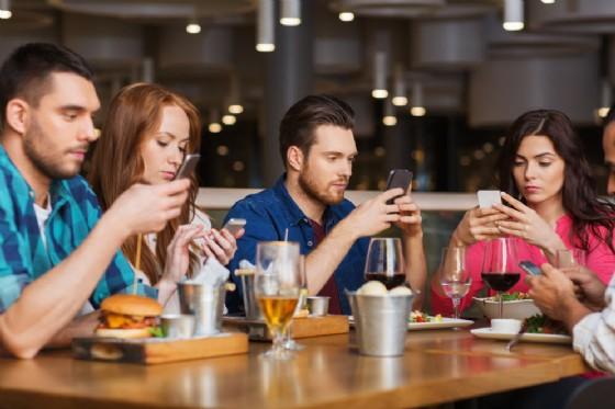 Smartphone dipendenti, sempre più con gli occhi fissi sullo schermo