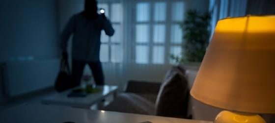 Anziani coniugi derubati e minacciati da 4 ladri (© AdobeStock | Igor Mojzes)