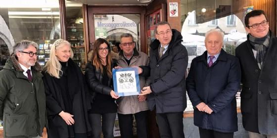 La targa affidata ai gestori della storica edicola (© Regione Friuli Venezia Giulia)