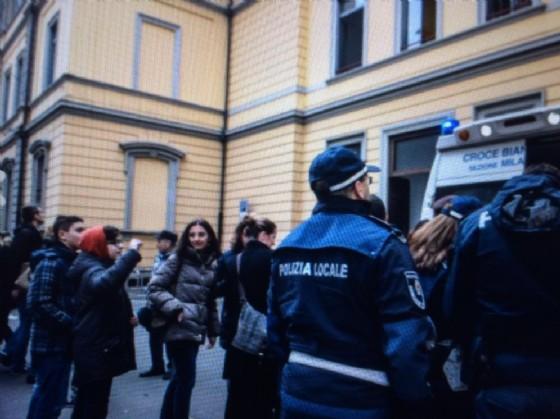 Incendio nella scuola elementare Giovanni Pascoli in zona Pagano a Milano, 8 febbraio 2017