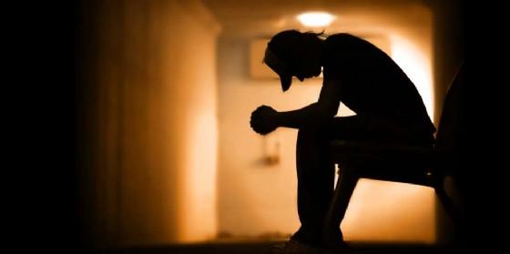 Suicida a 30 anni: scrive una lucida lettera di denuncia alla società (© AdobeStock | Kwest)
