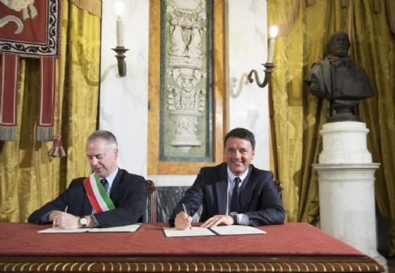 Il sindaco di Genova Marco Doria con l'ex premier Matteo Renzi (© ANSA)
