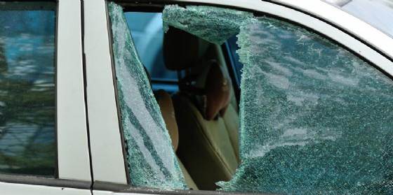 Il vetro di un'auto infranto (© Adobe Stock)