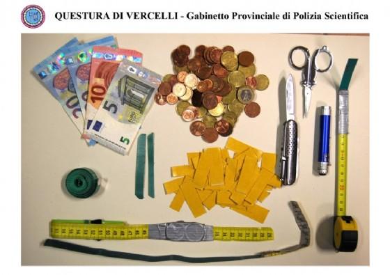 Oggetti e denaro sequestrati all'uomo