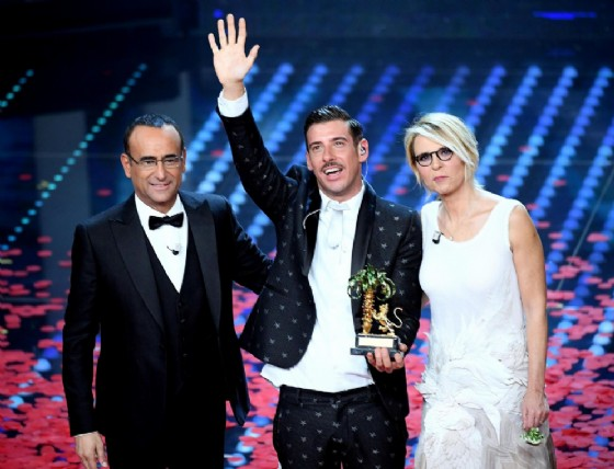 Francesco Gabbani, vincitore del Festival di Sanremo 2017 con Carlo Conti e Maria De Filippi