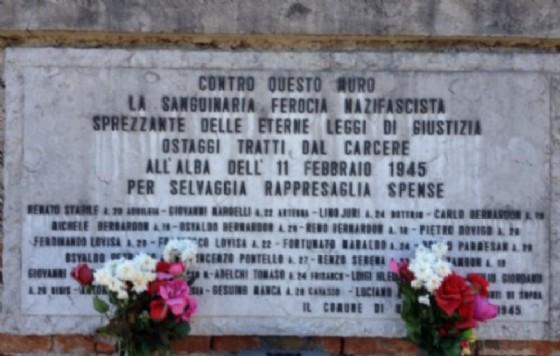 La lapide che ricorda i partigiani fucilati (© Diario di Udine)