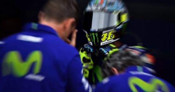 I tecnici della Yamaha con Valentino Rossi