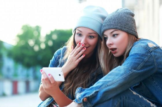 Un video porno con una ragazza di 16 anni diffuso su WhatsApp