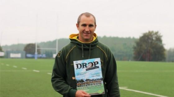 """Il coach del Biella Rugby con la rivista """"Drop"""""""