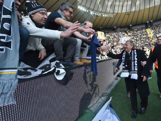 Zico saluta i tifosi dello stadio Friuli (© Diario di Udine)