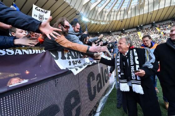 Zico saluta i tifosi dello stadio Friuli