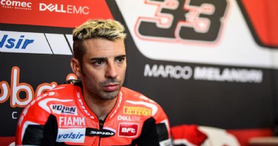 Marco Melandri ai box Ducati durante gli ultimi test di Phillip Island