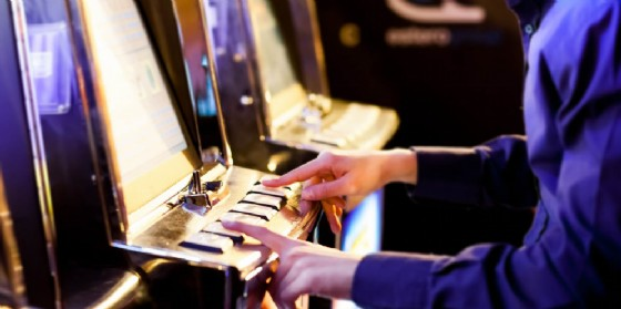 In manette un giocatore incallito di videopoker (© Adobe Stock)