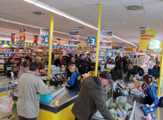 Confcommercio: spariscono i negozi dai centri storici, boom di ambulanti