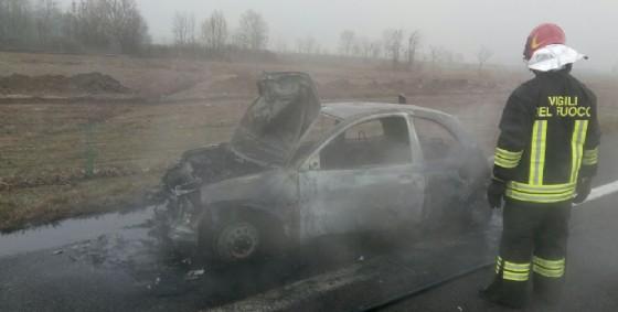 L'auto andata a fuoco in A4 (© Autovie Venete)