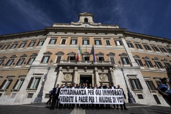 Sit in di protesta dei parlamentari della Lega contro la legge sullo Ius Soli, Piazza Montecitorio, Roma, 8 ottobre 2015 (© ANSA / MASSIMO PERCOSSI)