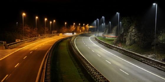 Il tratto di autostrada con e senza illuminazione a Led (© Autovie Venete)