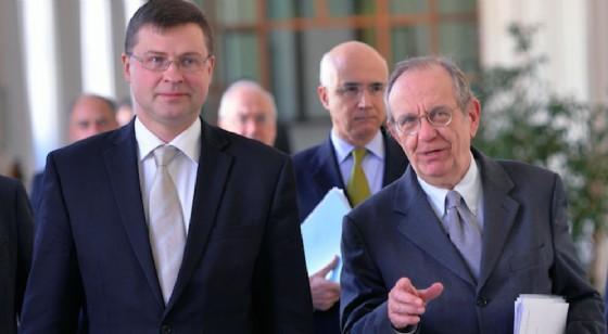 Il vicepresidente della Commissione europea Valdis Dombrovskis con il ministro dell'Economia italiano Pier Carlo Padoan