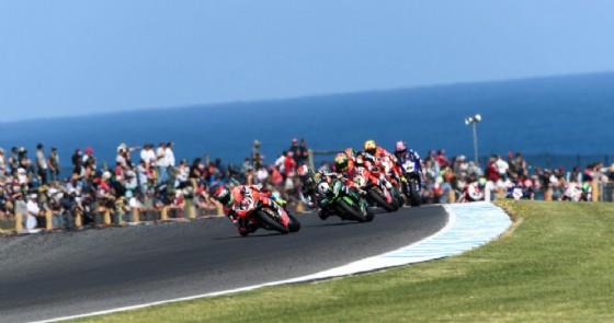 Marco Melandri in testa a gara-1 a Phillip Island (© Ducati)