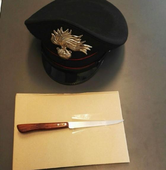 Il coltello trovato addosso al cittadino serbo (© Carabinieri)