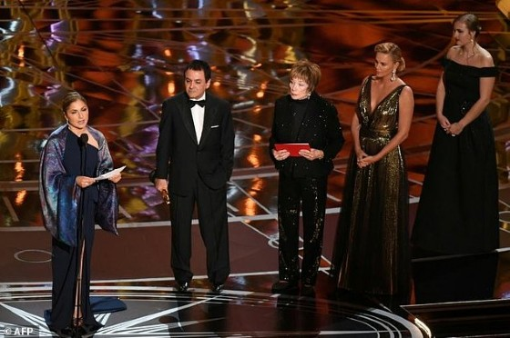 Iranian-US engineer Anousheh Ansari (L) delivers a speech on behalf of Iranian director Asghar Farhadi while accepting the Oscar for Best Foreign Language Film for «The Salesman»