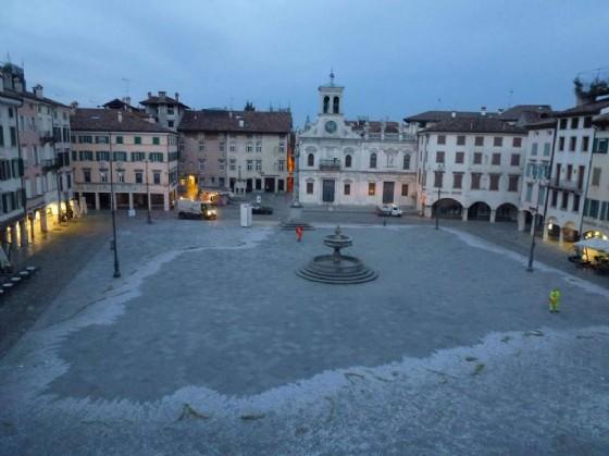 La pulizia di piazza San Giacomo (© Daniele Fortunati)