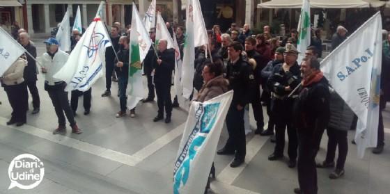 La protesta degli agenti scesi in piazza (© Diario di Udine)