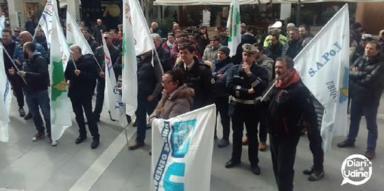 La protesta degli agenti scesi in piazza
