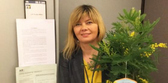 Isabella De Monte con la pianta di mimosa (© De Monte)