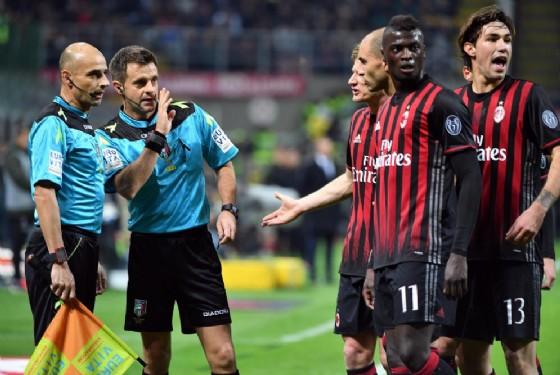 Rizzoli discute con Cariolato. Non inquadrato il giudice Massa che fa annullare il gol di Pjanic (© Ansa)