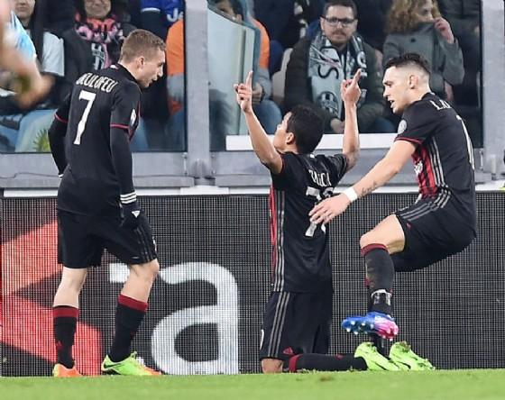 Ocampos e Deulofeu festeggiano Bacca dopo il gol del pareggio rossonero