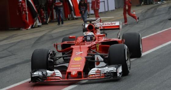 Kimi Raikkonen nella corsia dei box di Barcellona (© Ferrari)