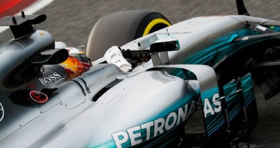 La W08 in pista con Lewis Hamilton negli ultimi test di Barcellona (© Mercedes)