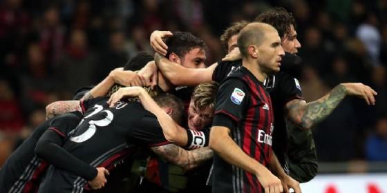 L'abbraccio dei rossoneri dopo un gol (© ANSA)