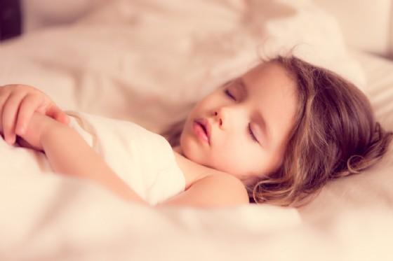 La carenza di sonno causa obesità e malattie cardiovascolari nei bambini (© Alena Haurylik | Shutterstock)
