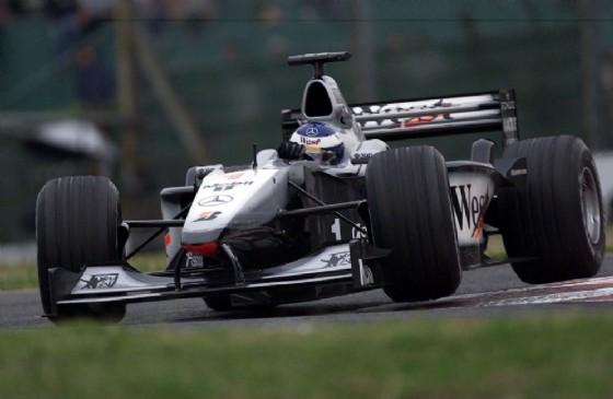 Il due volte campione del mondo al volante di una delle sue McLaren iridate