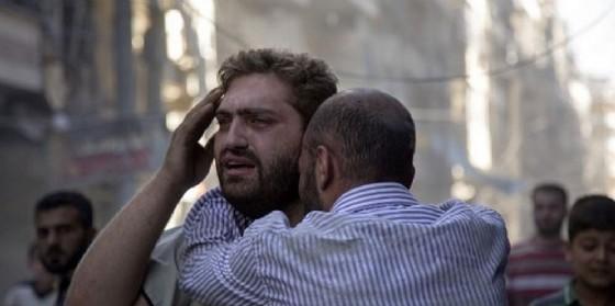 Civili dopo un bombardamento in Siria. (© KARAM AL MASI| Shutterstock.com)