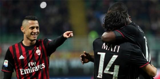 L'esultanza dei calciatori rossoneri dopo il gol di Mati Fernandez (© Ansa)